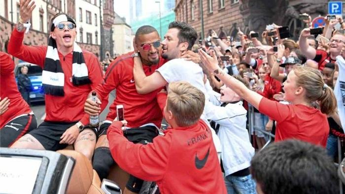 德国杯夺冠,法兰克福共为球员发百万奖金