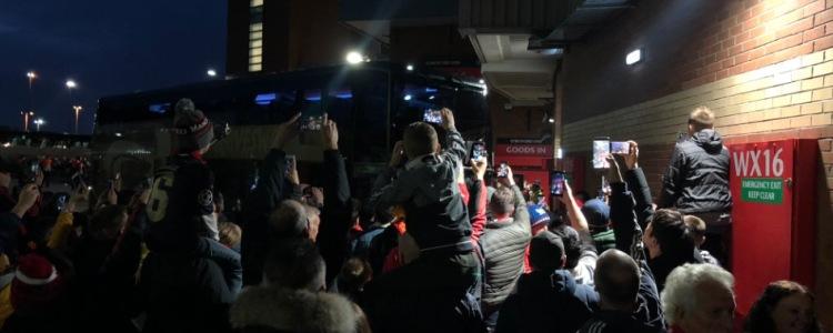 官方:曼联大巴因堵车迟到,比赛推迟5分钟开始