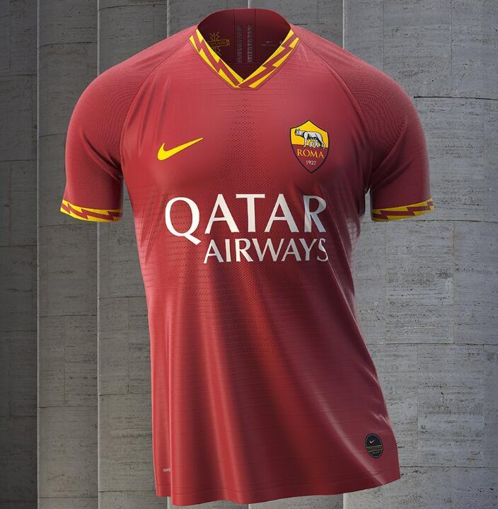 罗马新赛季主场球衣:领口闪电条纹显红狼风采