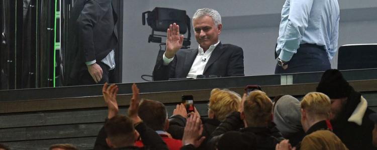 曼联球迷起立鼓掌欢迎穆里尼奥,高呼他的名字