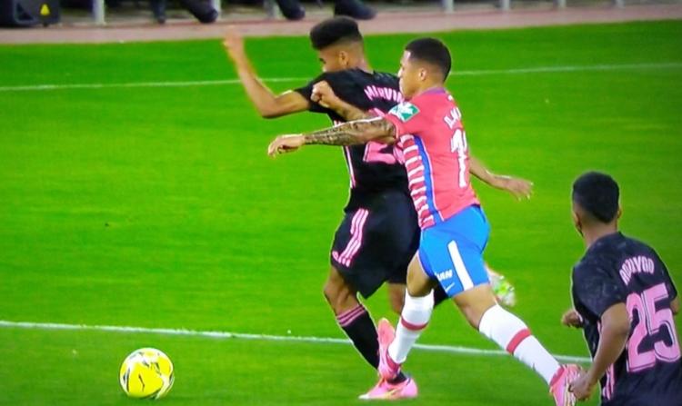 皇马小将被对手踩脚踝受伤,裁判专家:应直红罚下