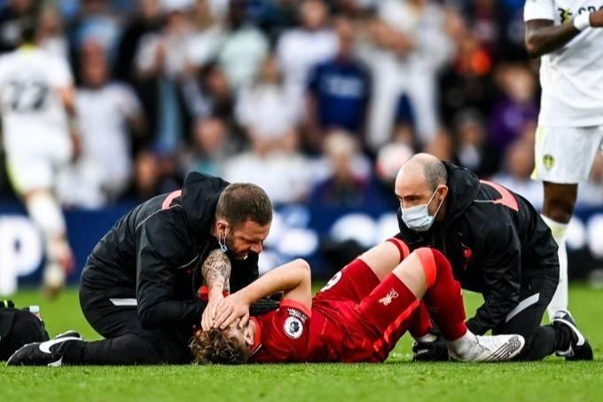 利物浦小将埃利奥特遭飞铲伤退,将进行脚踝手术