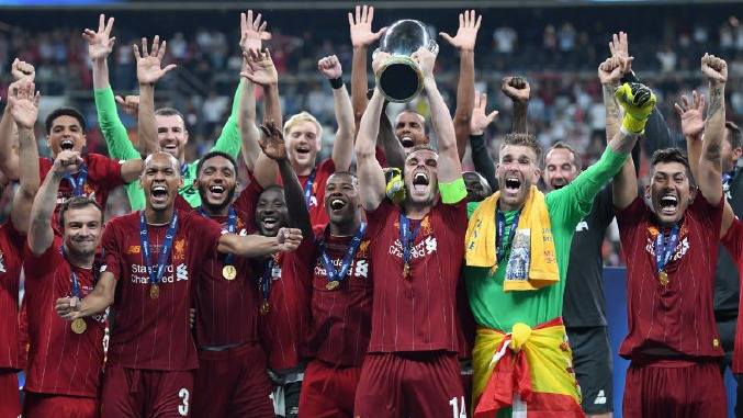 我们是冠军!利物浦全队捧起超级杯冠军奖杯
