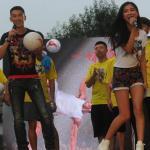 美女主播体验花式足球