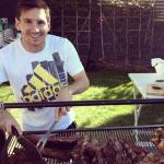 梅西与巴萨众将烤肉...