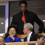 姚明陪同总理观看比赛